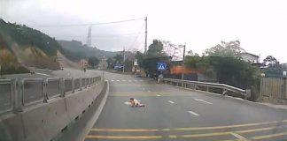 bebé a gatinhar no meio da estrada
