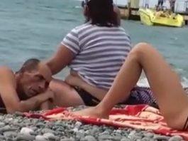 jovem deitada na praia