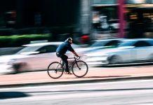 ciclista em excesso de velocidade