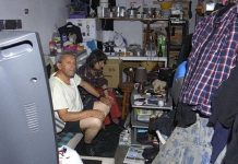 Vivem miseravelmente numa garagem