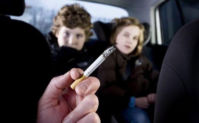 fumar no carro com crianças