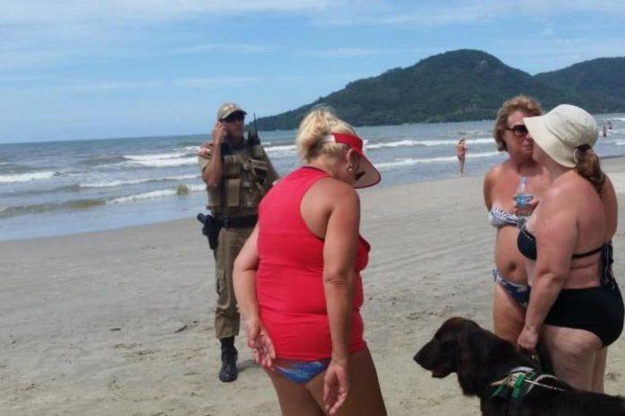 retirar da praia o cão-guia