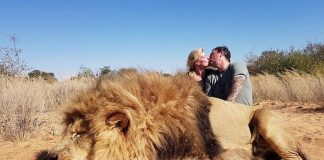 Casal comemora depois de caçar