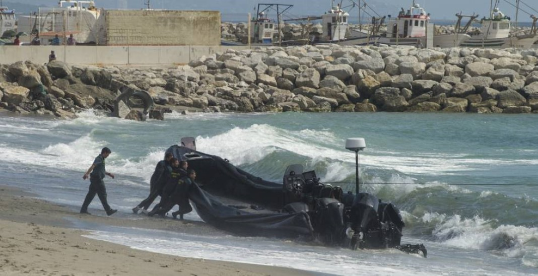 descarregar droga em praia lotada