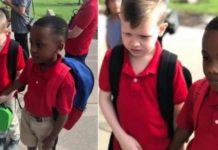 Criança ajuda colega com autismo