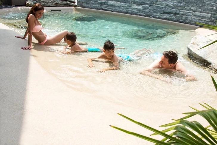 piscinas caseiras com areia da praia