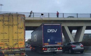 Condutor de um camião pára debaixo da ponte