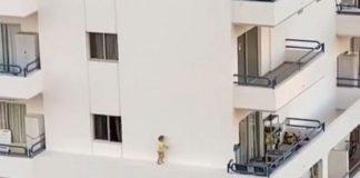 Criança passeia na fachada de um 5º andar