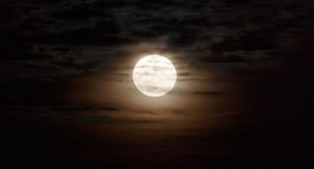 brilhante e intensa Lua Cheia