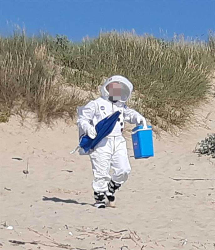 Jovem com fato de astronauta