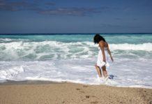 Caminhar descalço na praia