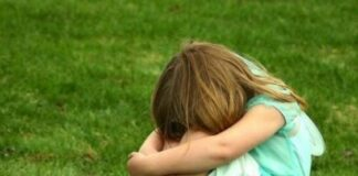 Mãe ameaça filha para silenciar