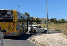Jovem obriga motorista a transportar passageira em cadeira de rodas.