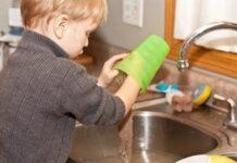 Crianças que ajudam nas tarefas domésticas